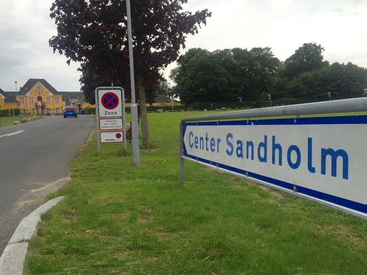 To unge havde holdt en medarbejder fra Røde kors fast i Center Sandholm. Arkivfoto: AOB