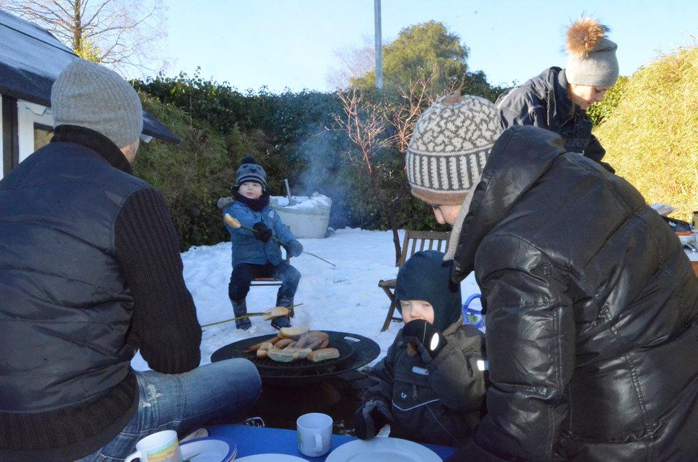Varme pølser og snobrød er skønt i sneen, når man altså er klædt godt på. Foto: AOB