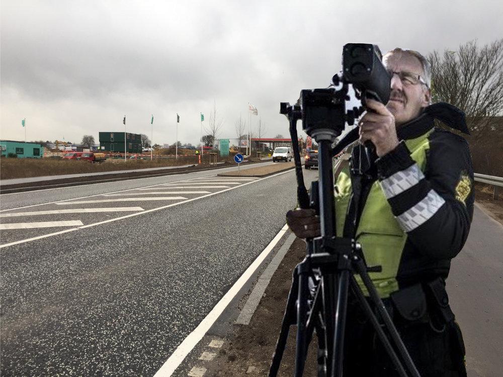 Alene i januar 2017 har mere end 3.400 trafikanter fået en bøde for at bruge håndholdt mobil, mens de kørte i trafikken. Foto-manipulation: AOB