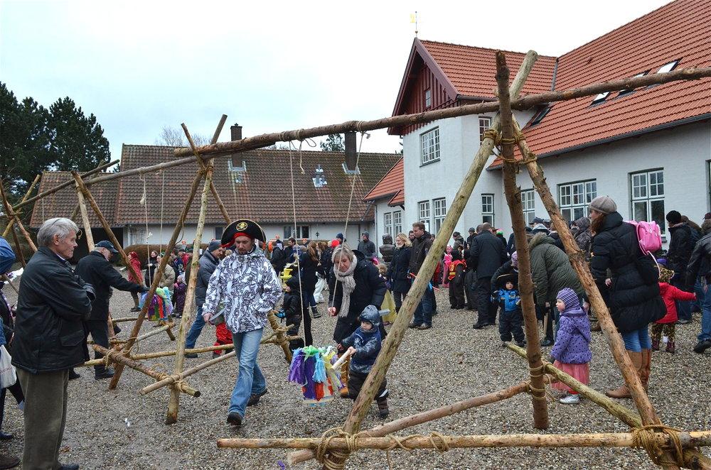 Det er på søndag, at der er stor fastelavnsfest på pladsen foran sognegården. Arkivfoto:AOB