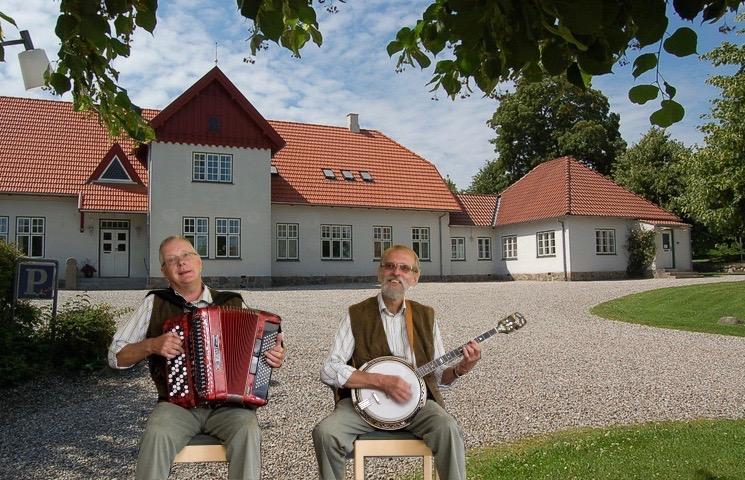 På onsdag, den 22. februar er det 'Kælderduoen', der underholder med musik og sang i sognegården. Og der bliver også mulighed for fællessang. Svend Bistrup, Harmonika - John Eirup, Banjo.Foto-collage: AOB