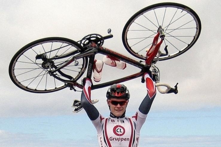 Julius Johansen styrtede midtvejs i løbet, da en rytter fra Kazakhstan kørte ind i ham.