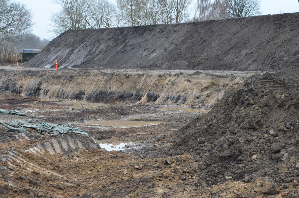 Muldjorden sorteres fra lerjord og sten og lægges i et kæmpelangt depot. Foto: AOB