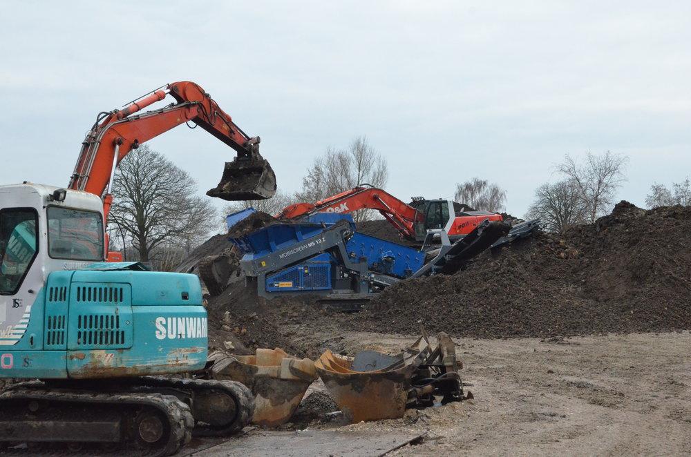 Den blå maskine sorterer sten fra muldjorden. Foto: AOB