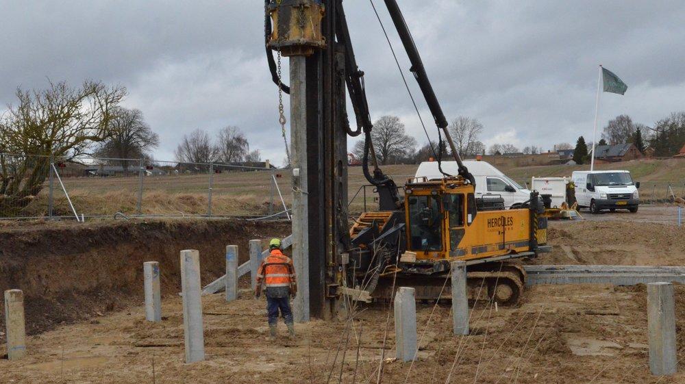 De 16 meter lange armerede jernbetonpæle bliver placeret meget præcist. Foto: AOB