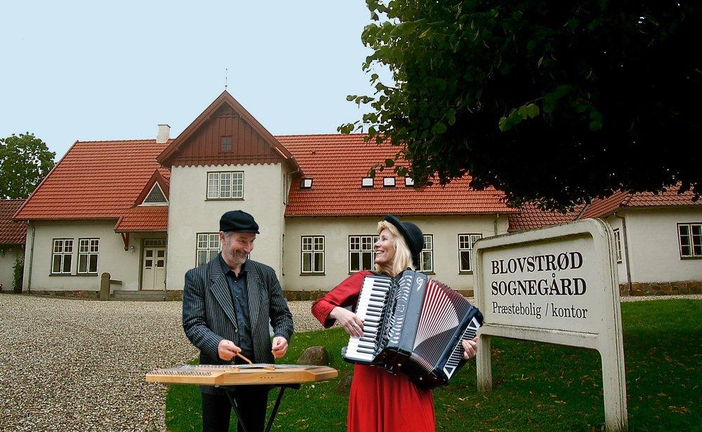 To klezmer-musikere kommer på besøg og synger og fortæller historier fra det gamle testamente den 25. marts. Collage: AOB