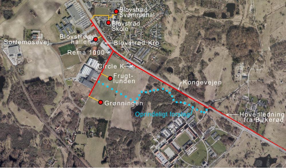 Som det fremgår af I/S Norfors' reviderede plan,følger hovedforsyningsledningen Kongevejen (rød linie) og passerer bl.a. Circle K, Rema 1000 og Blovstrød Kro. I det oprindelige forslag snoede forsyningslinien sig gennem øvelsesterrænet (blå stiplet linie).Tekster: AOB