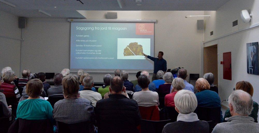Der var stor interesse for foredraget,som er en del af 'Historier om Danmark', der er et tværgående samarbejde mellem folkebibliotekerne, Slots- og Kulturstyrelsen, DR og Nationalmuseet.Foto: AOB