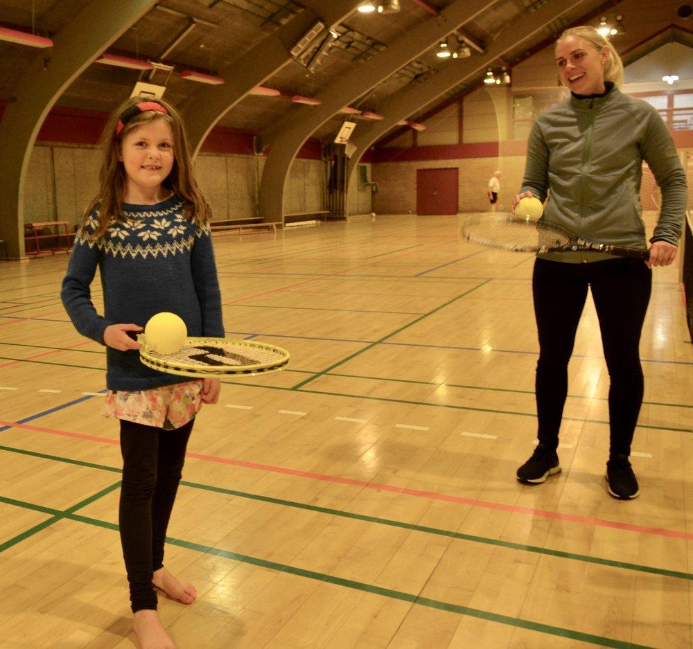 Træner Liv Deleuran-Skjold (th) viser her, hvordan Liv Olsen skal ballancere med bolden. Foto: AOB
