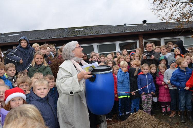 8. spørgsmål: Der er blevet nedlagt en tidskapsel i Blovstrøds skolegård. Er det rigtigt, at den først må åbnes om 25 år?