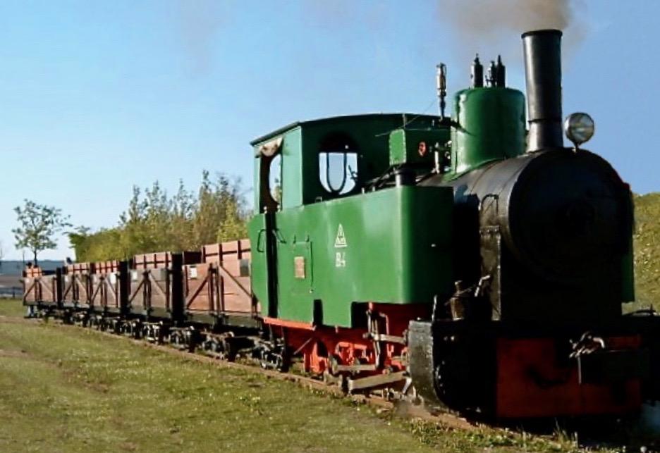 Damplokomotivet B4 er desværre stadig under reparation, men i stedet kører man med et solidt diesel-lokomotiv. Roevognene er indrettet med bænke til passagererne, og der er også plads til barnevogne. Arkivfoto: AOB