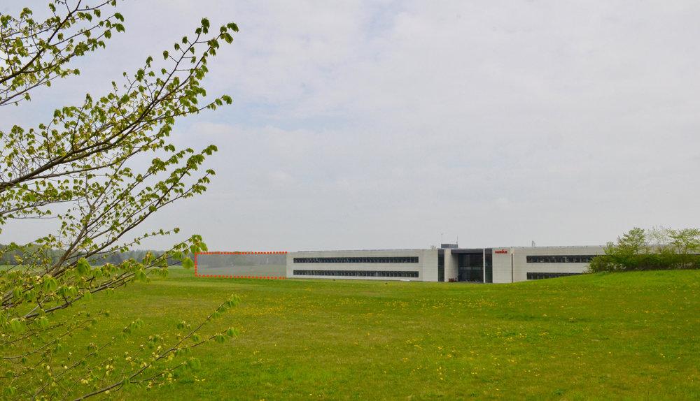 Det mest sandsynlige er, at der bliver lavet en forlængelse af bygningen nærmest privatskolen. Foto: AOB