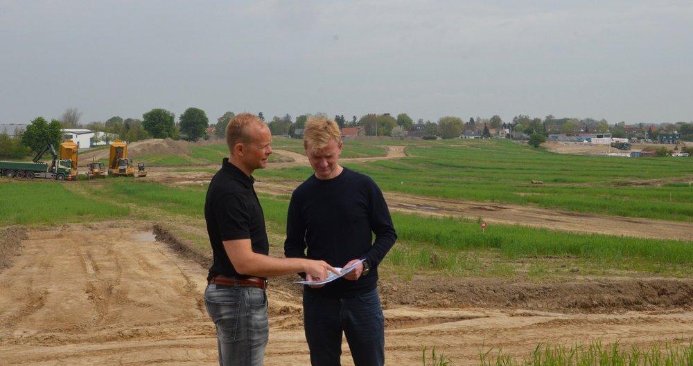 Partnerne Jonas Berthelsen og Søren Due Hansen fra Land Development    fortæller om et nyt avanceret afvandingsprincip, som etableres ved alle de nye lokale veje i de to bebyggelser. Foto:AOB