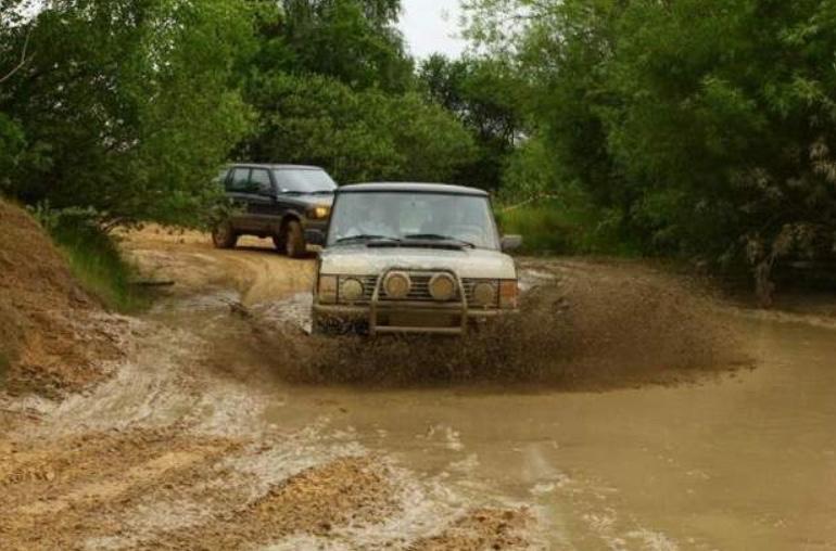 Der er ikke offentlig adgang til arrangementet,   men  m  an kan faktisk på afstand følge en del af   Land Rover-kørslen på skrænterne her fra Blovstrød. Pressefoto