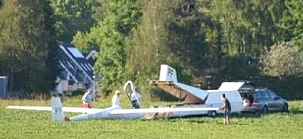 Billedet af svæveflyet på marken ved Niras og privatskolen er taget kl. 17:24 i søndags fra skolens parkeringsplads. Flyet er ved at blive pakket ind i en flytrailer. Foto: Axel Retlev