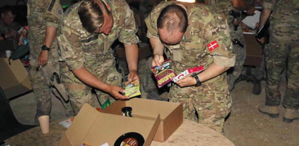 Labre larver eller piratos? Soldaterne byttede sig frem til deres favoritter. Foto: Presseofficer Mads R. Ahrenskjær