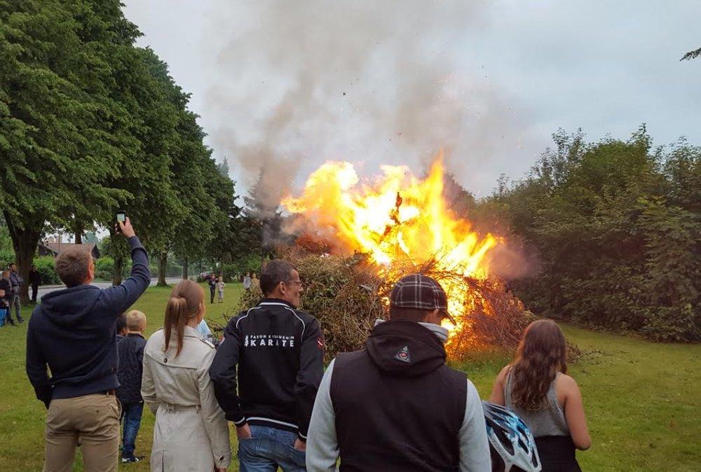 Der var flere steder i Blovstrød, hvor man fik sendt heksen af sted til Bloksbjerg. Her var det Rosmosegaards beboerforening, som fik gang i Sankt Hans-bålet: Foto:Martin H. Wolffbrandt