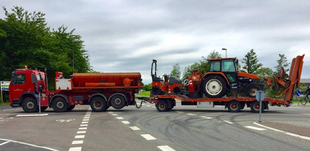 Asfaltmaskinerne forlader Blovstrød efter veludført arbejder. Foto: AOB