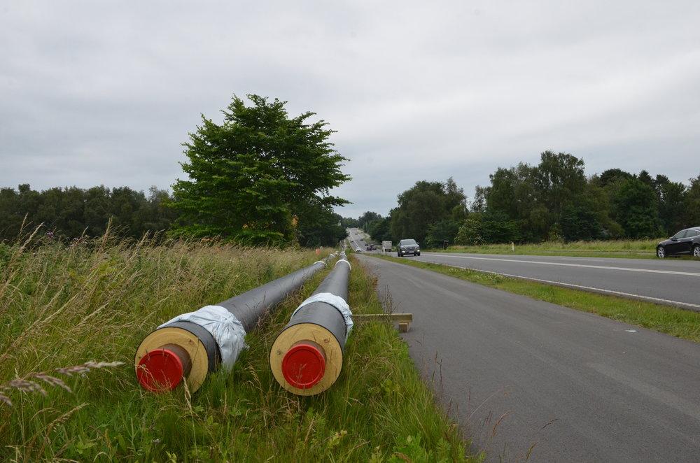 Når man kommer fra Birkerød og kører mod Blovstrød vil man i disse dage se, at der i vejkanten ligger en række rør. Det er hovedforsyningsrør, som skal føre fjernvarmen fra Birkerød frem til Blovstrød. Foto: AOB