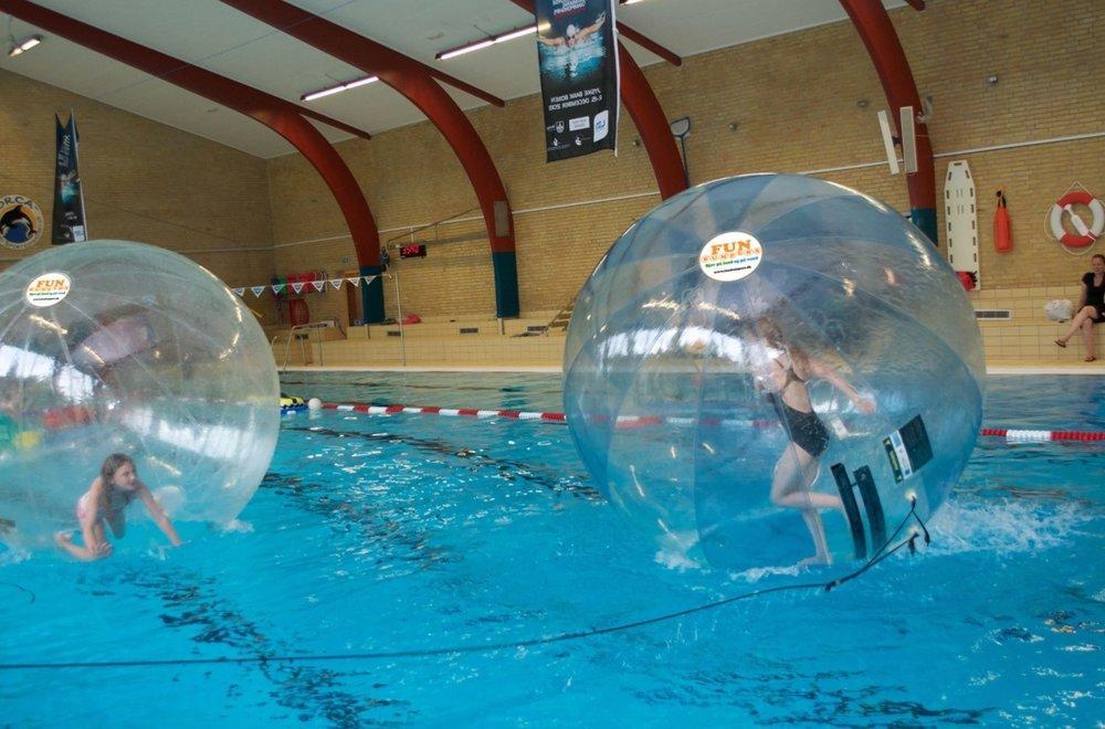 Det er nogle helt specielle bolde,der gør, at det er muligt at gå på vandet.