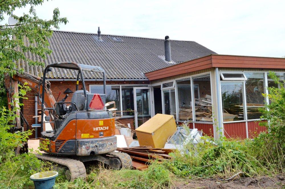 Nu er nedrivningen af ejendommen Kongevejen 9 påbegyndt. Foto: AOB