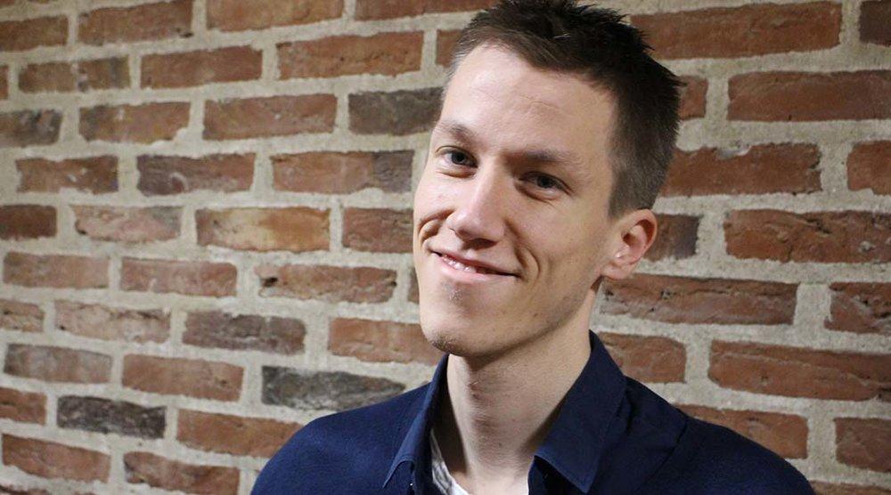 Højskolelærer, Christian Hjortkjær, har gjort sig bemærket i den senere tid i adskillige kronikker og klummer, hvor han taler imod tidens mantra om at det gælder om at blive enestående, unik og autentisk.