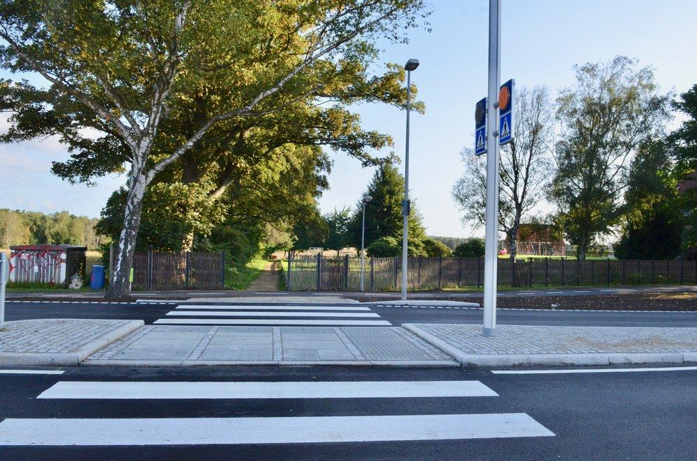 Som det ses, blev den nye sikre forgængerovergang ved privatskolen klar til den første skoledag efter ferien. Overgangen er udført med en belyst midterhelle og med markerede færdselstavler.Foto: AOB