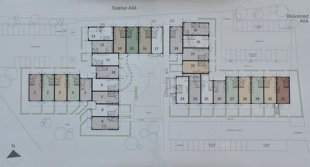 Situationsplanen viser haveanlægget og parkeringsmulighederne samt placeringen af de 31 lejligheder. Illustration: Kongeegen.dk