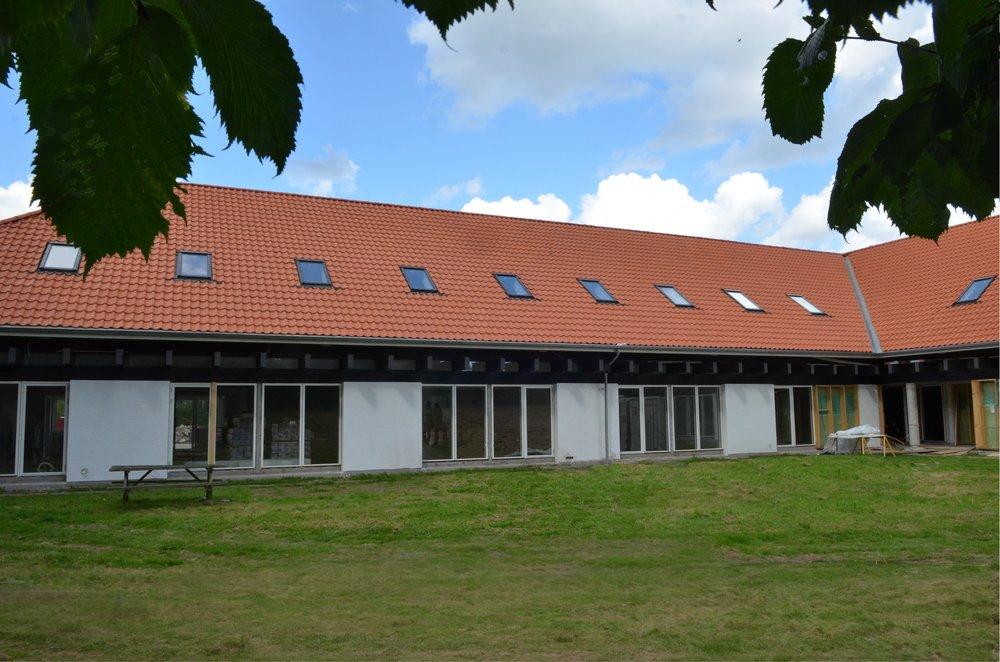 Størstedelen af rækkehusene er gennemlyste med store gulv-til-loft vinduer, ligesom der er direkte udgang til udendørsarealerne fra både stue og køkken. Foto:AOB