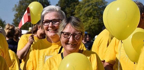 """Nuværende og tidligere kræftpatienter går i de gule bluser som bevis på, at kampen mod kræft nytter. """"Meld dig som Fighter, hvis du har eller har haft kræft"""" - lyder opfordringen fra Kræftens Bekæmpelse."""