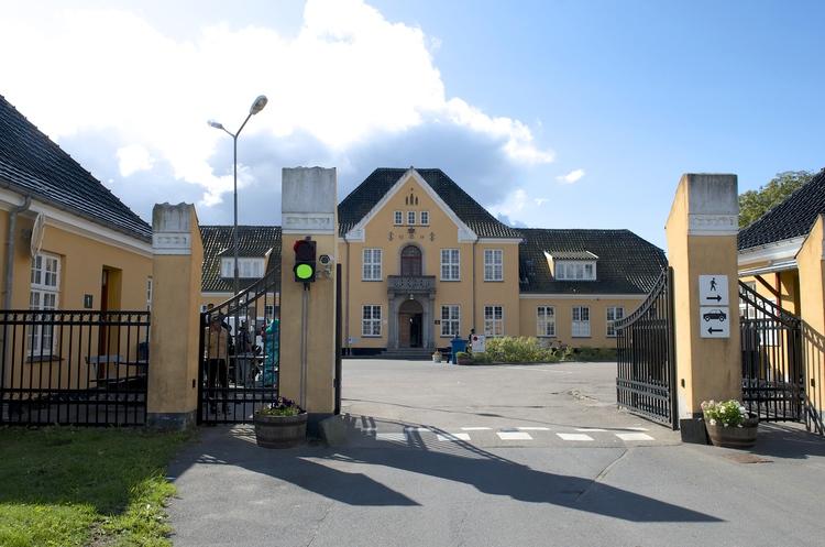 På lørdag står porten åben for besøgende til Sandholmlejren.Foto: AOB