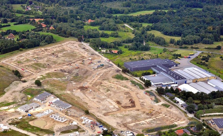 Ovenstående luftfoto er taget den 10. august, og man ser nu tydelig,hvor de enkelte veje bliver placeret. Foto:Land Development