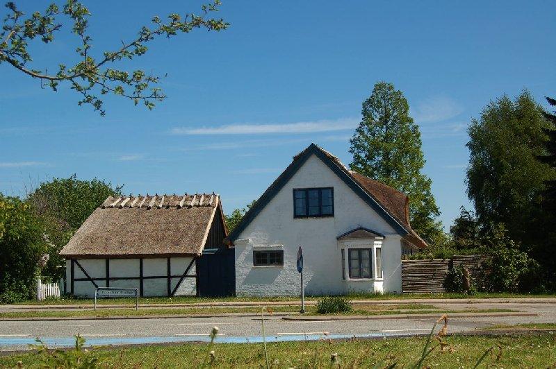 Hvis ikke vi havde bl.a. de gamle, stråtækte huse - her 'Carls Minde' i Blovstrød - så ville vi blive historisk rodløse, og vor by ville langsomt miste sin sjæl. Foto: AOB