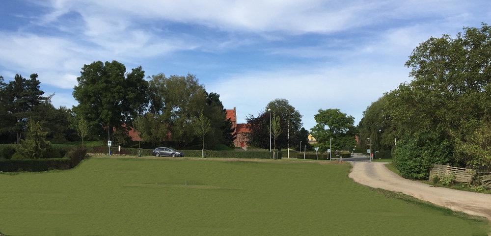 Nu er ejendommen Kongevejen nr. 9 helt ryddet og har dermed skabt en åbning mellem kirkeområdet og den nye bebyggelse på den anden side af Kongevejen. Foto:AOB, som har 'sået' græs i forgrunden.