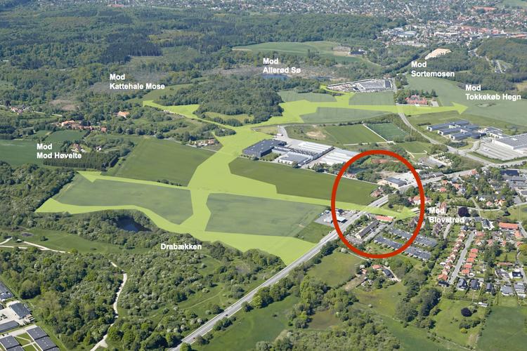 Luftfotoet viser de fem grønne kiler omkring de nye bebyggelser. I den røde ring er den grønne kile mod Blovstrød angivet. Luftfoto:Allerød Kommune