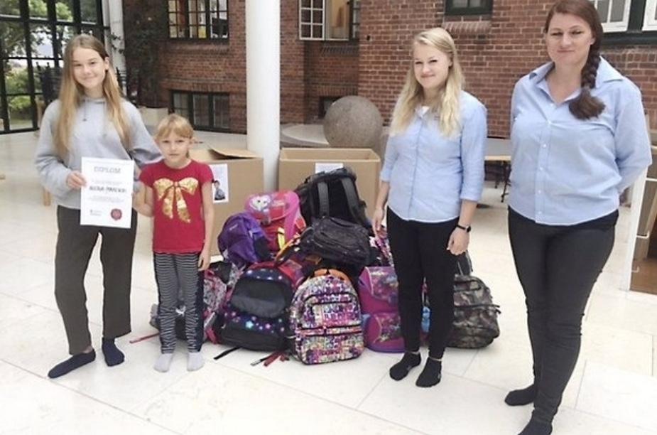 Allerød Privatskole kunne i sidste uge aflevere to kasser fyldt med indsamlede skoletasker til Arnold Busck til støtte for Red Barnet. Pressefoto