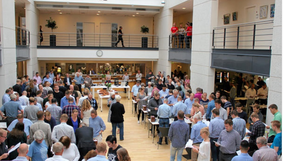 Der var trængsel i kantinen, da der mandag morgen var fælles morgenbord for at fejre, at 200 nye kollegaer flyttede ind på Sortemosevej her i Blovstrød. Foto: Niras