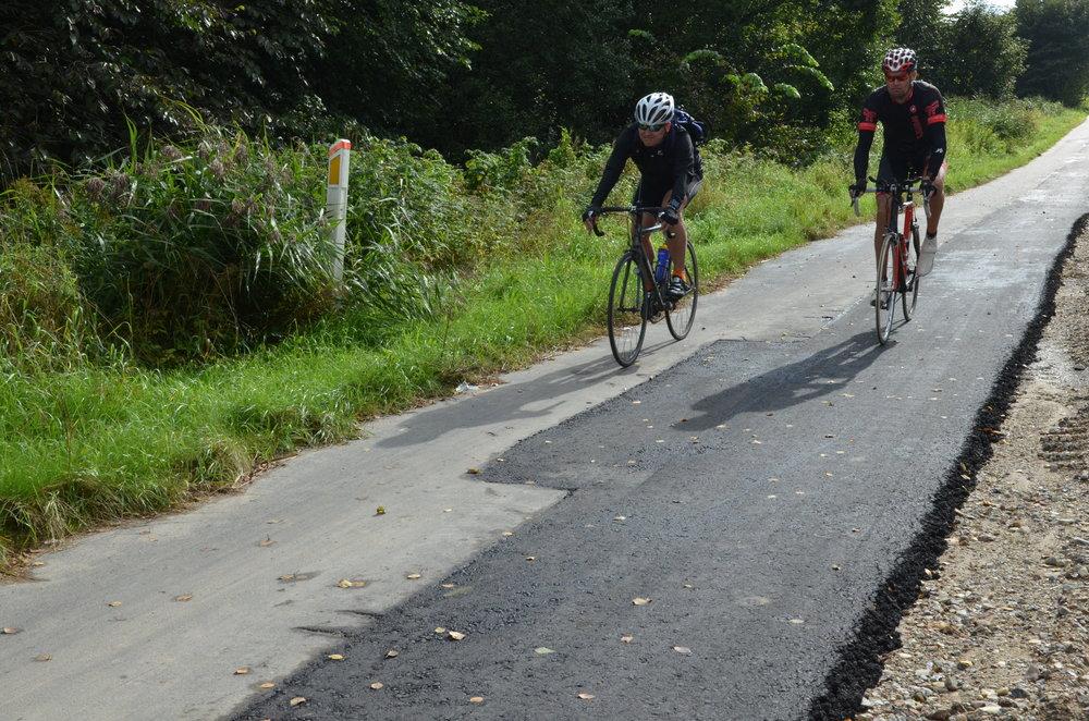 I øjeblikket er lapperierne af supercykelstien ikke særlig hensigtsmæssige for cyklisterne, men det bliver godt igen. Om 6 - 12 måneder udlægges der et fint, nyt slidlag i hel cykelstiens bredde. Foto:AOB