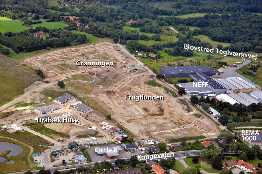 Dette luftfoto er taget medio august måned i år, og man ser nu tydeligt placeringen af de enkelte boliger,og hvor lokalvejene er anlagt. Foto:  Land Development - tekster: AOB