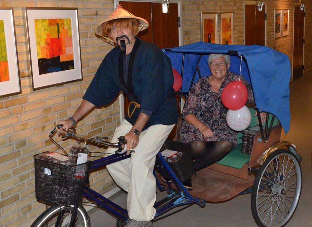 Efterfølgende kørte Kirsten rundt til alle klasserne i rickshaw'en for at sige farvel til eleverne. Foto: AOB
