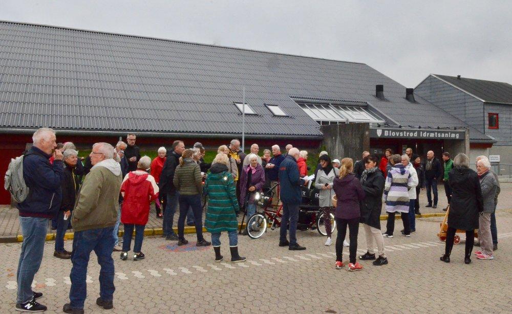 Næsten 50 borgere var mødt op til Venstres orienterings-tur i dag, søndag eftermiddag for at høre og se nyt om de nye byggerier vest for Kongevejen. Foto: AOB