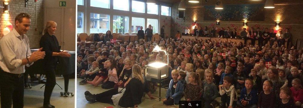 Den nye skoleleder blev modtaget med stor hyldest i festsalen: Foto: Charlotte Lundberg