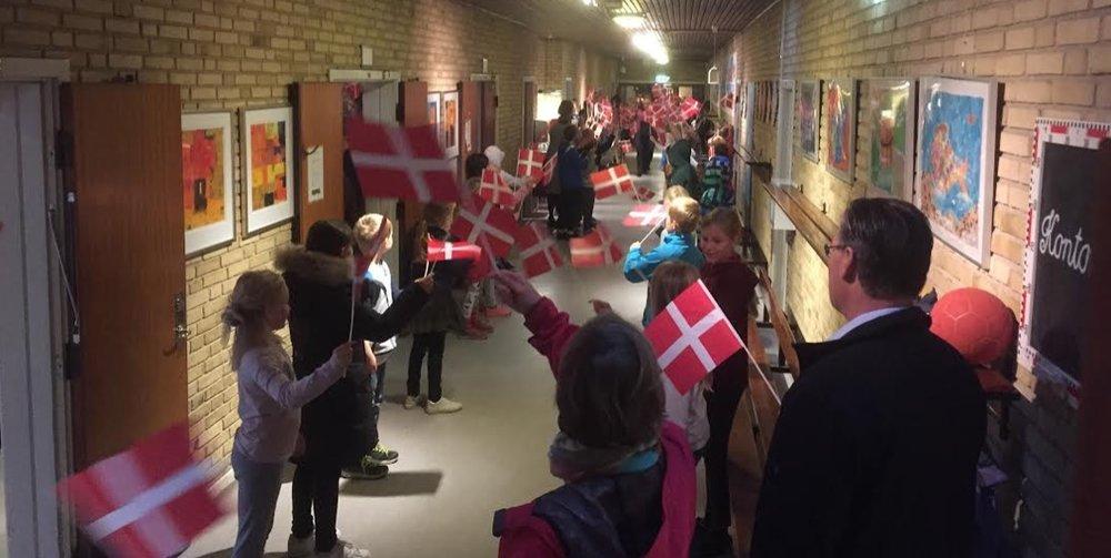 Der var rigtig mange flag og hurra-råb da Anna trådte ind i den lange gang til festsalen. Foto: Charlotte Lundberg