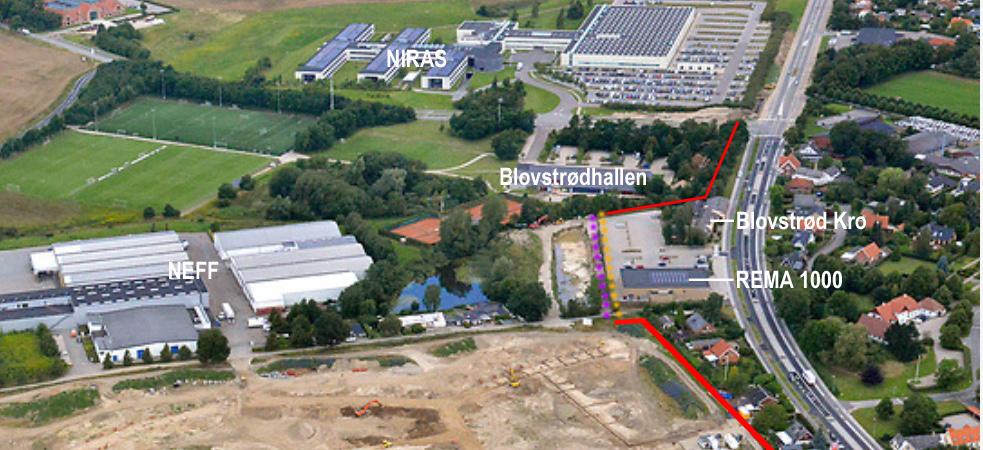 På luftfotoet kan man se, at der er to muligheder for placeringen af varmerørene langs støjskærmen bag Blovstrød Kro (den lilla linie eller den gule linie),men endnu er forhandlingerne ikke faldet på plads. Foto:Land Development - Grafik og tekst:AOB