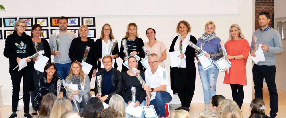 Lærerene blev hyldet til morgensang af elever og forældre med store klapsalver, en rose og et personligt diplom. Foto Allerød Privatskole