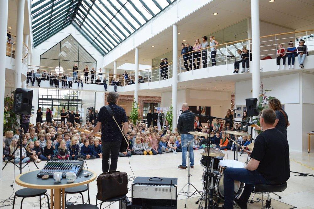 """Alle blev til slut overrasket af rockbandet """"OTC"""", som kom og gav en fed koncert. Foto. Allerød Privatskole"""