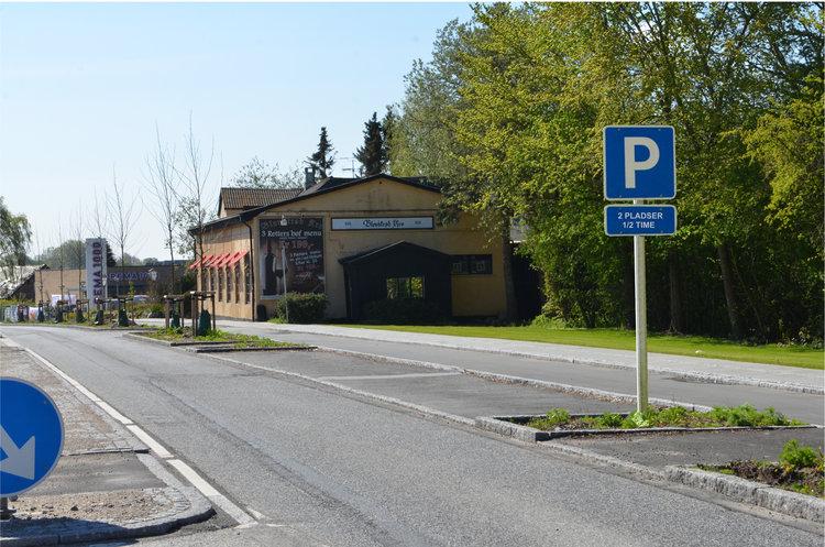 AOB foreslog i sin tid (den 22. maj), at kommunen burde placere et p-skilt ved de to p-lommer. Det skulle placeres, så det vendte mod bilisterne, som kom nordfra, så det tydeligt kunne læses, før man nåde frem til de to parkeringslommer. Vi foreslog samtidig underteksten: '2 pladser - 1/2 time'.Manipuleret foto: AOB
