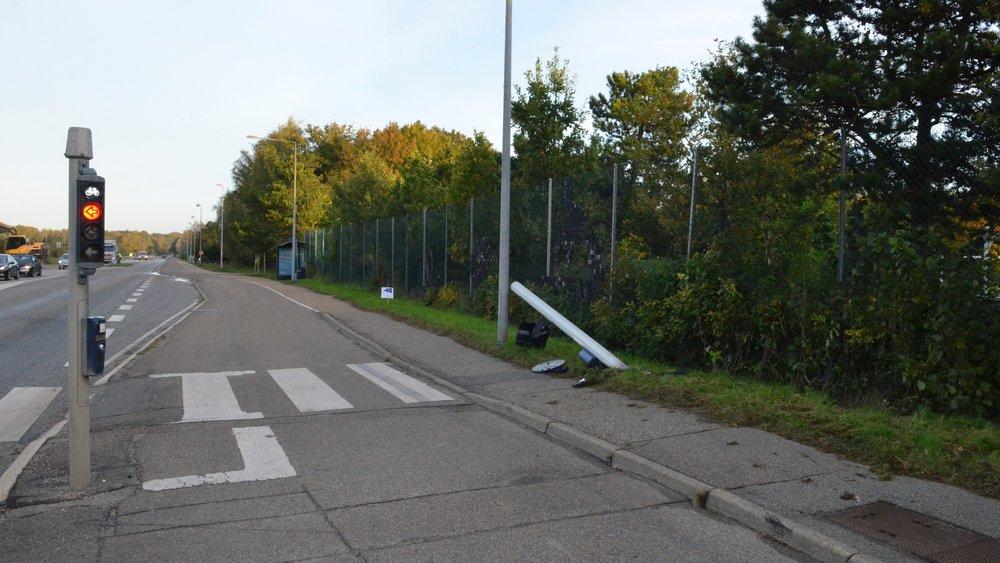 Nordsjællands Politi har sidst på aftenen fået fjernet den bil, som de to medlemmer kørte i. Et trafikskilt, som bilen påkørte, ligger stadig langs jorden. Foto: AOB