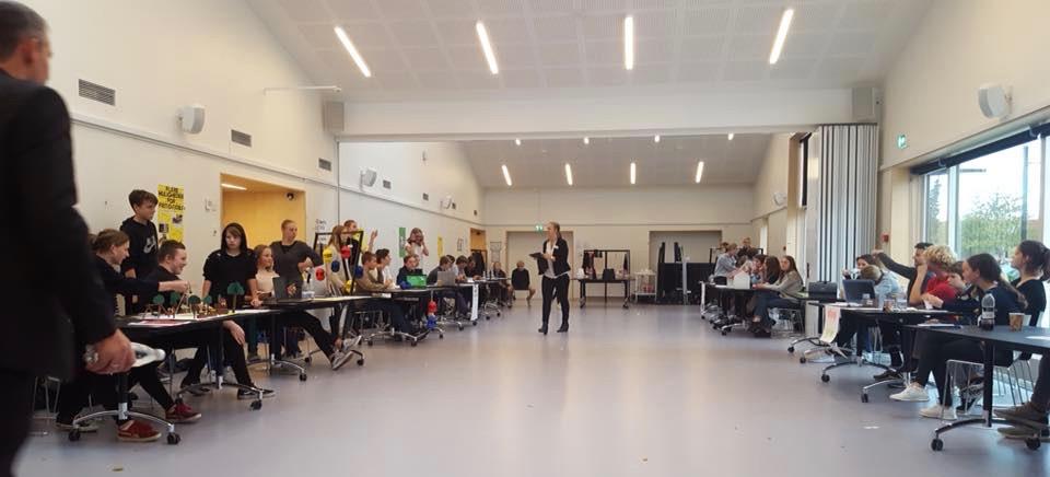 Elever fra Blovstrød Skole præsenterede i torsdags en stribe gode idéer, som blev til i et demokrati-projekt. Der var hele spektret fra energi og miljø, ungeliv, Allerød Bio, kortere skoledage, gør livet surt for cykeltyve osv. Mange temaer havde man tidligere drøftet i byrådet, men der var også mange nye vinkler.   Foto: Martin H. Wolffbrandt
