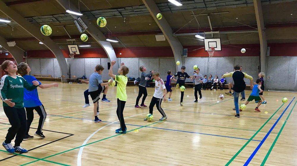 Mange unge var dagen igennem i gang i hallen med diverse sportsaktiviteter. Foto:AOB
